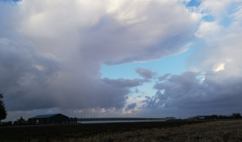 Buienwolk boven Prinsenbeek