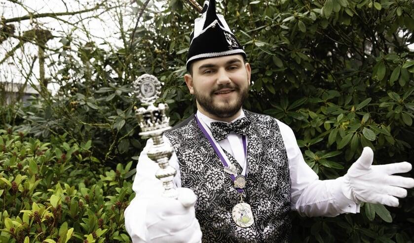 Prins Dave den Eerste is blij met zijn moderne Prinsenpak: 'We waren gelijk verkocht, dit past perfect bij mij'