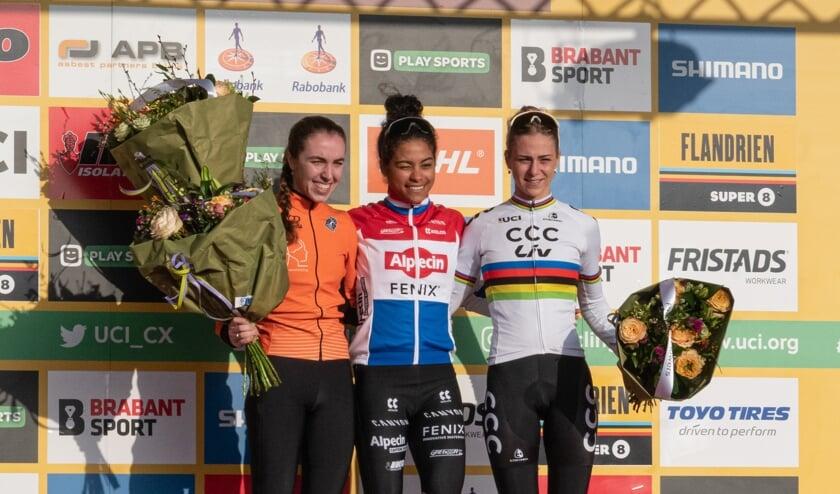 Shirin van Anrooij (hier links op de foto) tijdens de GP Adrie van der Poel in Hoogerheide op 26 januari.