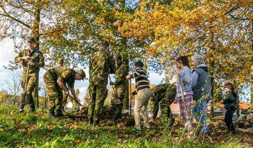 Cadetten werken samen met jongeren in de Hoge Vucht