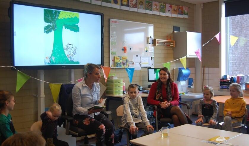 Ingrid van den Broek leest in het bijzijn van burgemeester Van Egmond voor uit haar boek 'Het geheim van Sophie'.