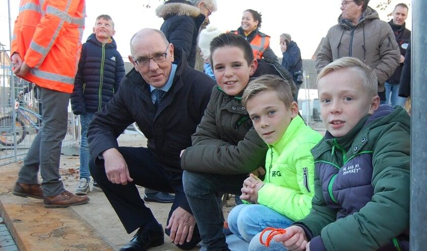 Jaap Sinke in het centrum van Krabbendijke, waarvoor Dieter, Luuk, Jodi (vlnr) een goot ontworpen. FOTO JESSICA ROVERS
