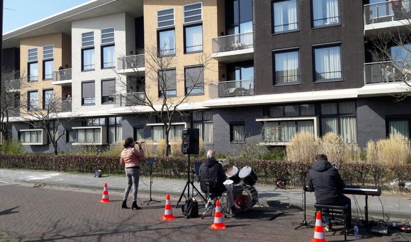 Bewoners Kroonestede luisteren vanaf hun 1ste rangs balkonplaats naar het muziektrio.
