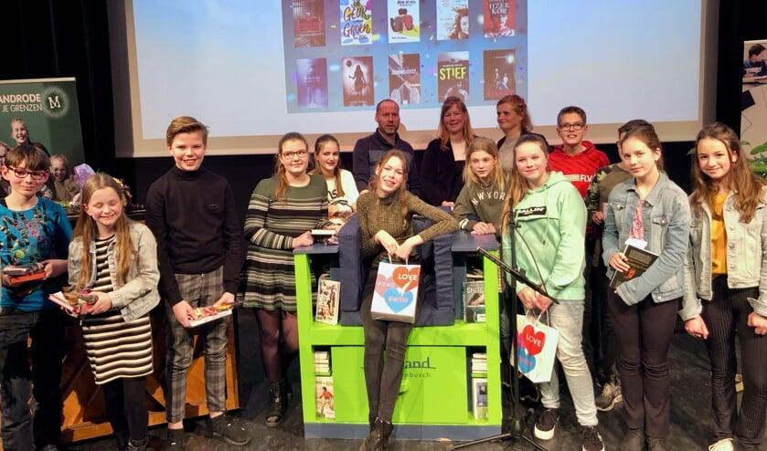 Lotte IJzenbrandt als stralend middelpunt tijdens de voorleeswedstrijd Read2me 2020.  Foto: Johan Wagenmakers