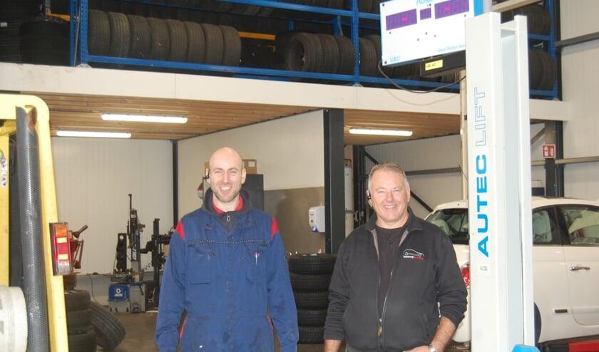 Arie en Wilbert de Kramer staan klaar om autobezitters te helpen.