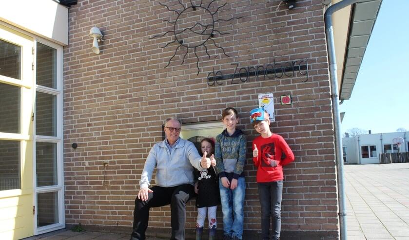 Directeur Theo Matthijssen van RKBS De Zonneberg Kruisland met een aantal kinderen van ouders met cruciale beroepsgroepen.
