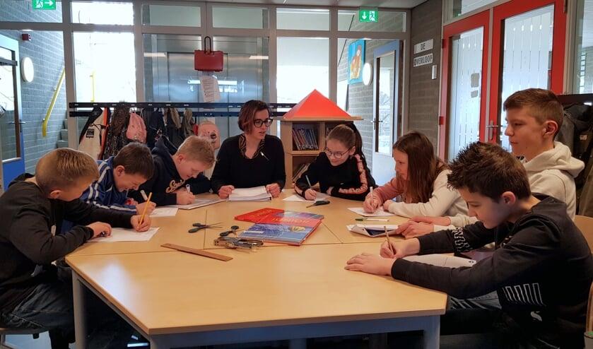 Een aantal leerlingen van De Tweern luisteren goed tijdens de begeleiding van juf Miranda. FOTO EUGÈNE DE KOK