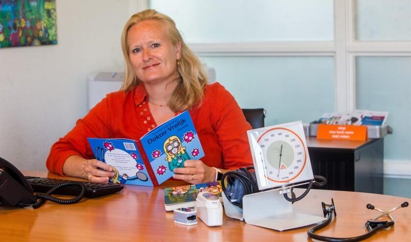 Yvonne Maat met haar nieuwste boek uit de serie 'Dokter Vrolijk'.