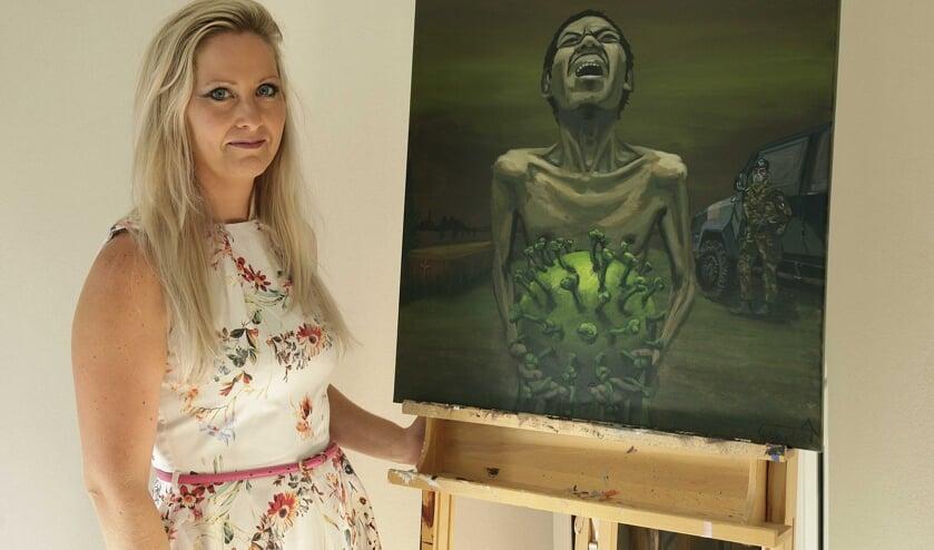 Claudia Nieuwenhuize bij haar schilderij dat ze maakte naar aanleiding van de crisis.