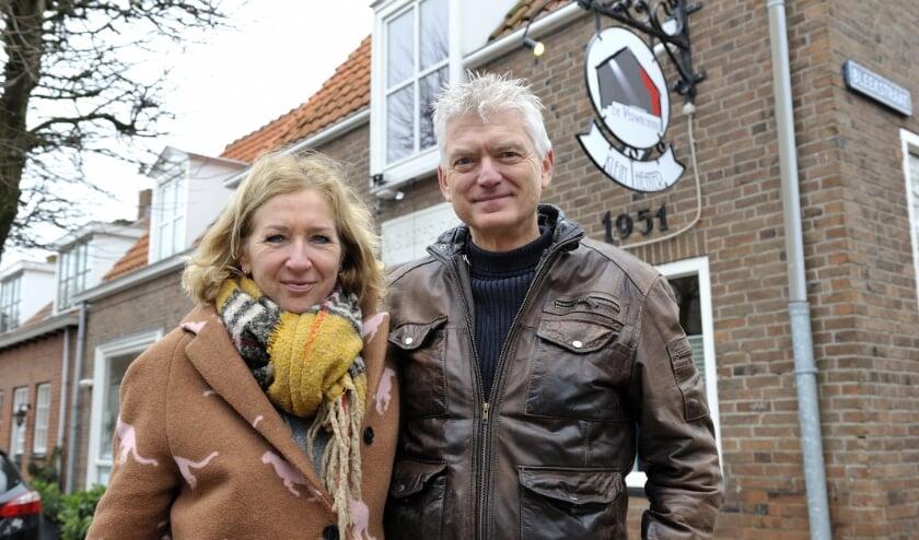 <p>Esther en Peter de Neef bij hun Huiskamertheater De Verwachting in Ritthem.</p>