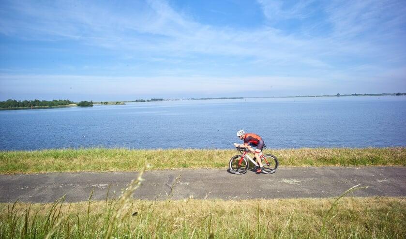 <p>Op de triathlonfiets langs het Zoommeer.</p>
