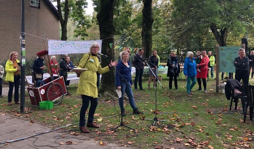 <p>Kim en Marie-Louise, initiatiefnemers van de plukroute, openen het Hasselbraampark</p>