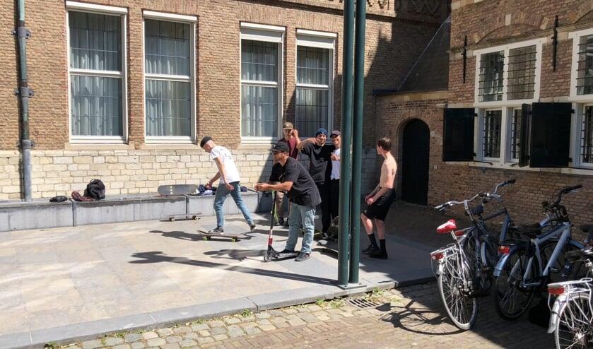 Middelburgse skaters op het Abdijplein in Middelburg