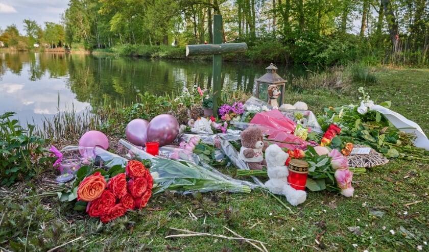 <p>Buurtbewoners legden na de vondst bloemen weg voor overleden meisje.</p>