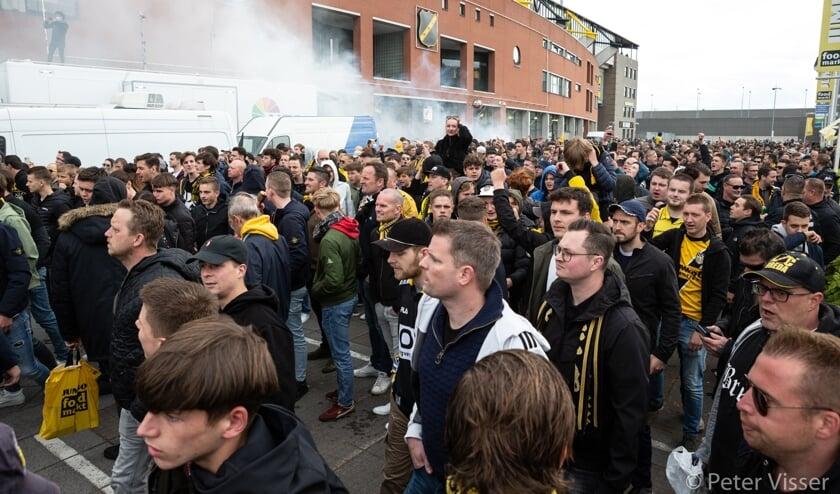 <p>Drukte bij het stadion voorafgaand aan de wedstrijd. NB: Dit is g&eacute;&eacute;n foto van de rellen na de wedstrijd</p>