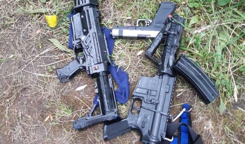De aangetroffen nepwapens.