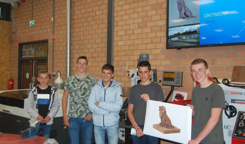 <p>Jarno, Walter, Maurice, Nico en Jan (vlnr) met hun ontwerp.</p>