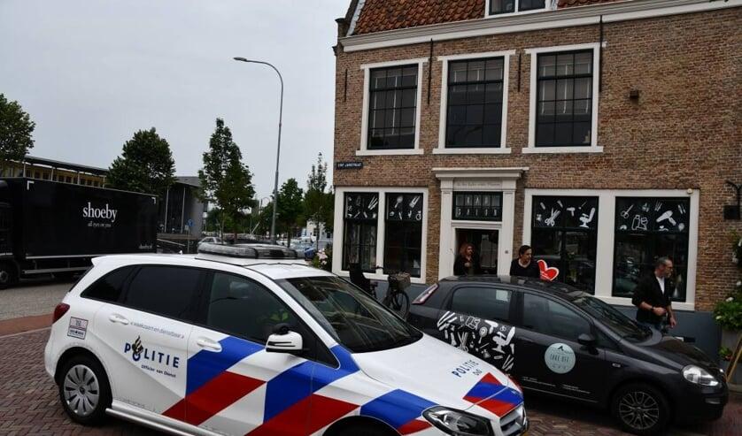 Politie bij de kapsalon in de Sint Janstraat