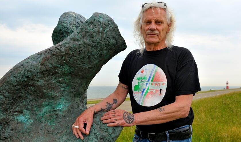 <p>Jan Beckers bij het Moluks monument op de dijk bij Westkapelle.</p>