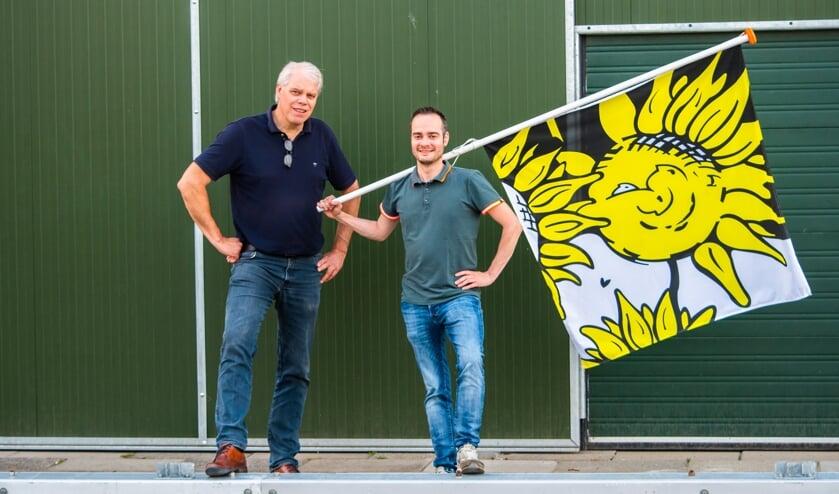 <p>Coen van der Meulen (l) en Niek Melissen (r) voor de nieuwe loods van de buurtschap.</p>