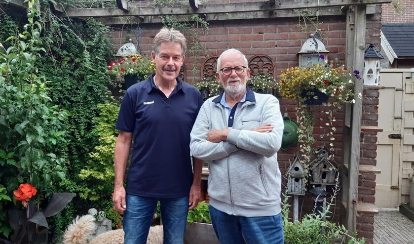<p>Wim Reijnhout (l) en Frans Babijn zijn trots op hun dochters, die wandelen voor het goede doel.</p>