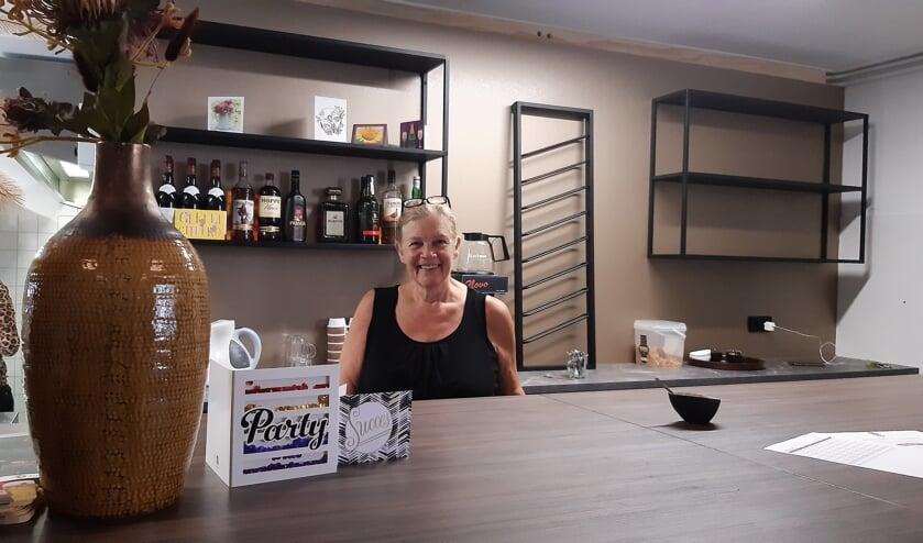 <p>Beheerder Marleen Visser in de gloednieuwe keuken van het dorpshuis.</p>