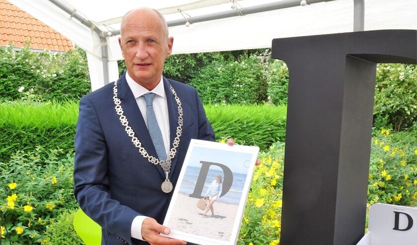 Burgemeester van der Zwaag met de nieuwe Glossy