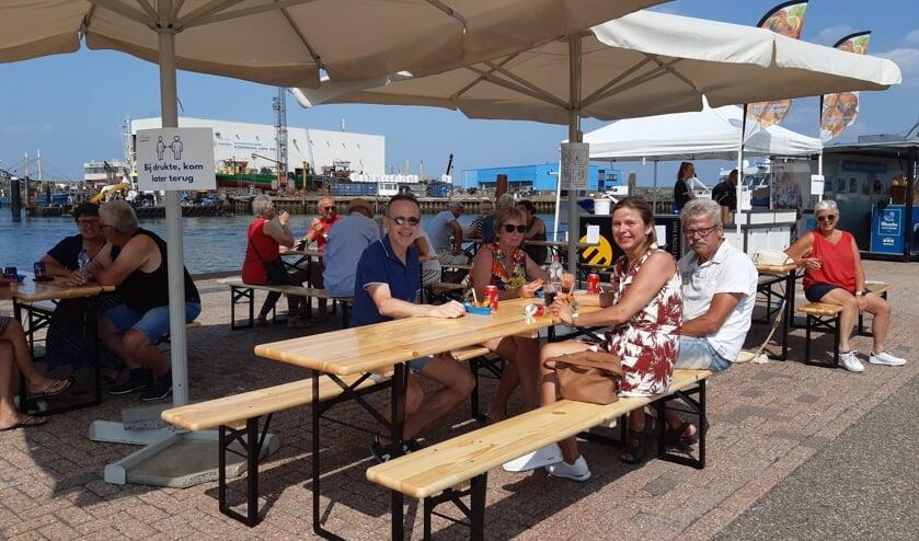 Deze Belgische familie geniet van een visje met uitzicht op de haven.