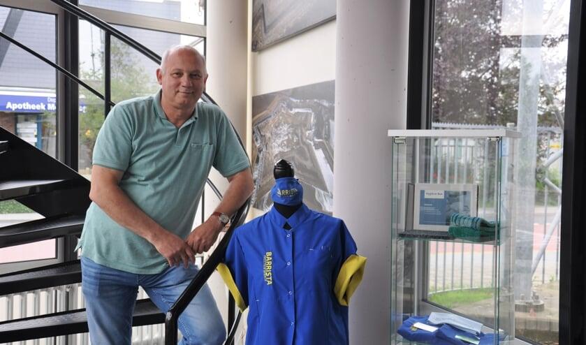Barry de Wit naast één van de schoonmaakuniformen voor 'het nieuwe schoonmaken'
