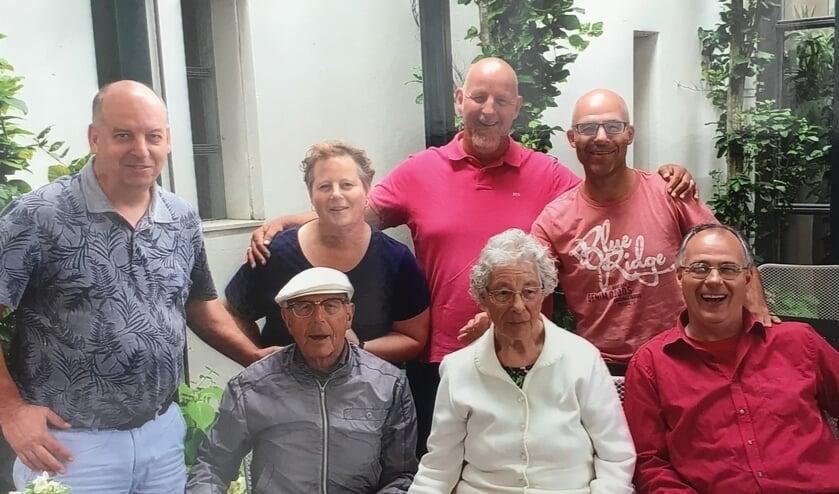 Rien en Wil Schalk met hun vijf kinderen.