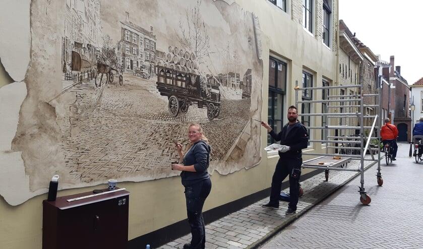 <p>Annelies en Barre leggen de laatste hand aan de mural.</p>