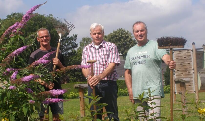 <p>V.l.n.r Kees Huijbregts, Jac Graumans en Peter Hereijgers met hun tuingereedschappen.</p>