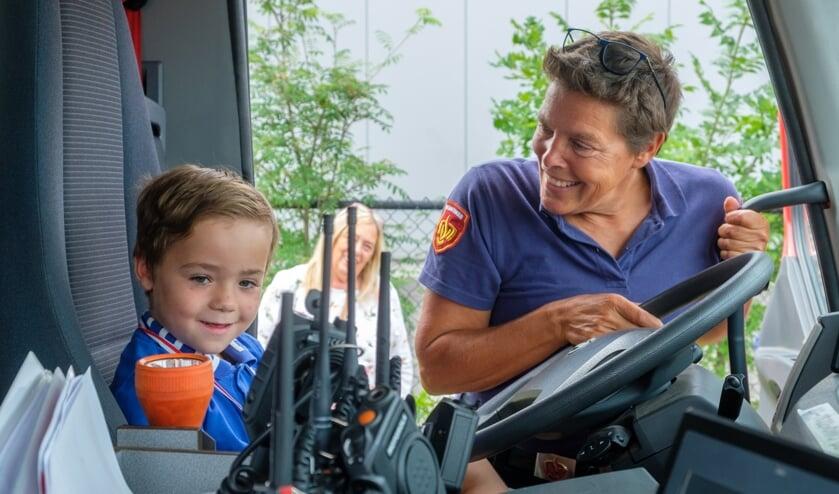 Willeke Geerts legt Danyel uit wat een chauffeur doet