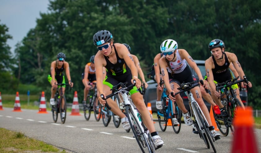 Roos Englebert tijdens het fietsonderdeel.