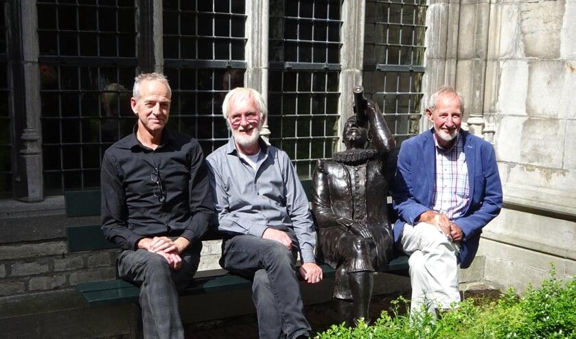 Rijk-Jan Koppejan, Johan Geijtenbeek en Jan Hellema bij het beeld van Hans Lipperhey
