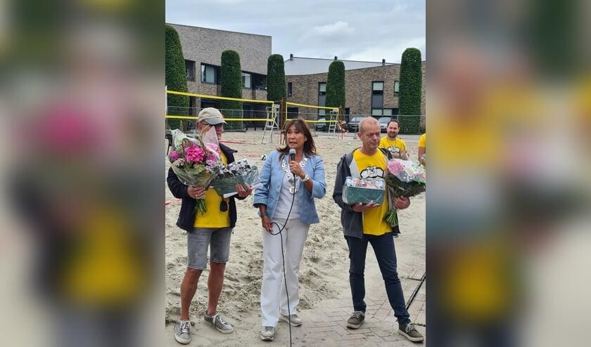 <p>Burgemeester van der Meer Mohr dankt Kees Willemen (links) en Walter Pesman voor hun inzet.</p>