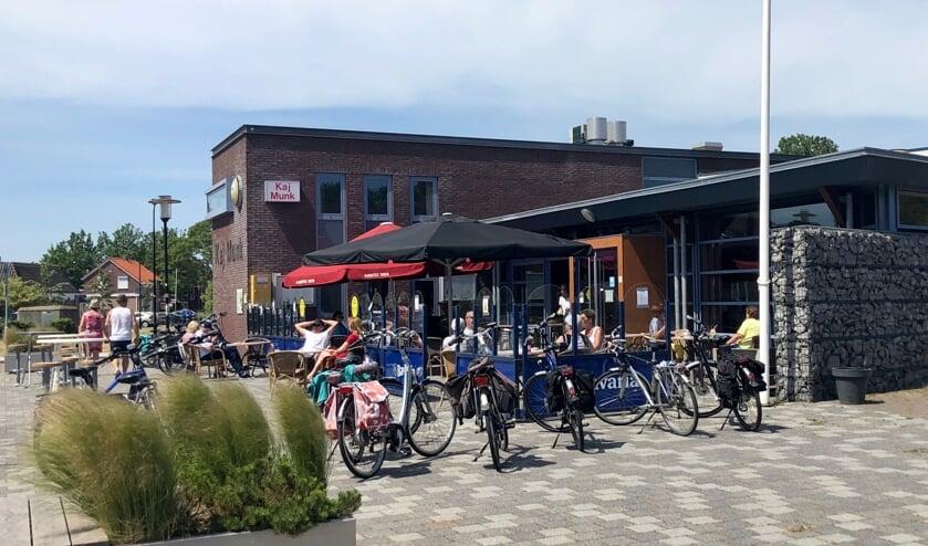 <p>Het terras bij dorpshuis Kaj Munk is het middelpunt van &lsquo;Hansweert Presenteert&rsquo;.</p>