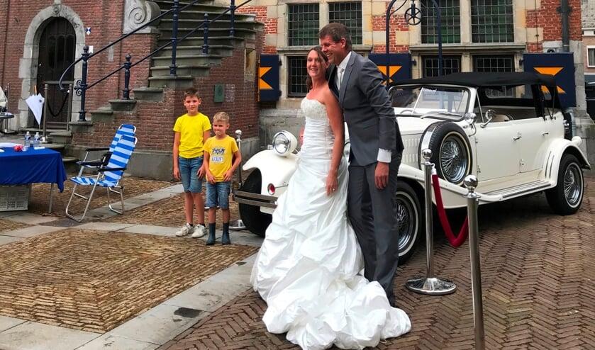 <p>Ellen en Jan Leijten opnieuw in trouwkleding bij het 400-jarig stadhuis, nu met hun twee zoontjes.</p>