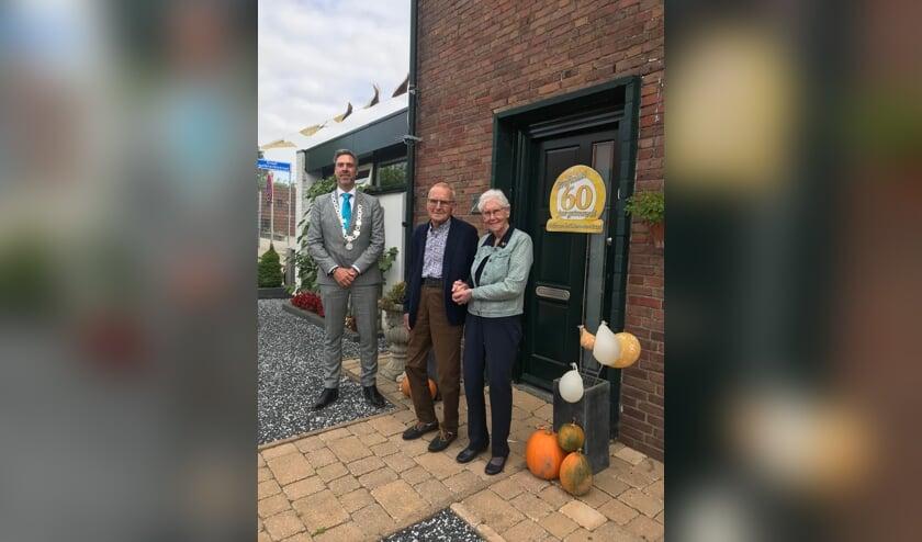 <p>Het 60-jarig echtpaar Van Ham-Van Wensen samen met de burgemeester.</p>