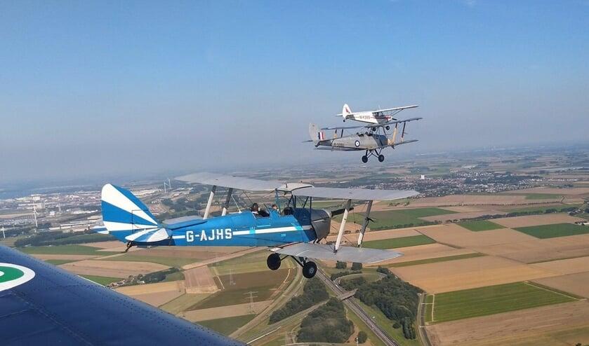 DH.82 Tiger Moths en Piper Super Cub in formatie