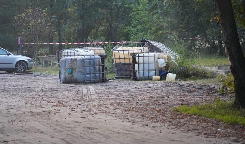 De gedumpte vaten in het natuurgebied in Teteringen