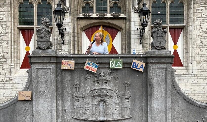 Barbara Oomen aan het woord op het bordes van het stadhuis in Middelburg