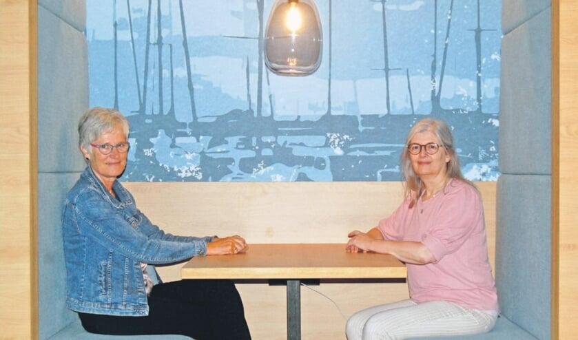 <p>Directeur Jannie van Vught &nbsp;(l) en co&ouml;rdinator programmering Mirjam van Biesen zijn trots op de nieuwe bibliotheek.<br><br></p>