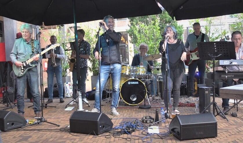 <p>De band Tot Dan komt voort uit theatergroep De Josjes.</p>