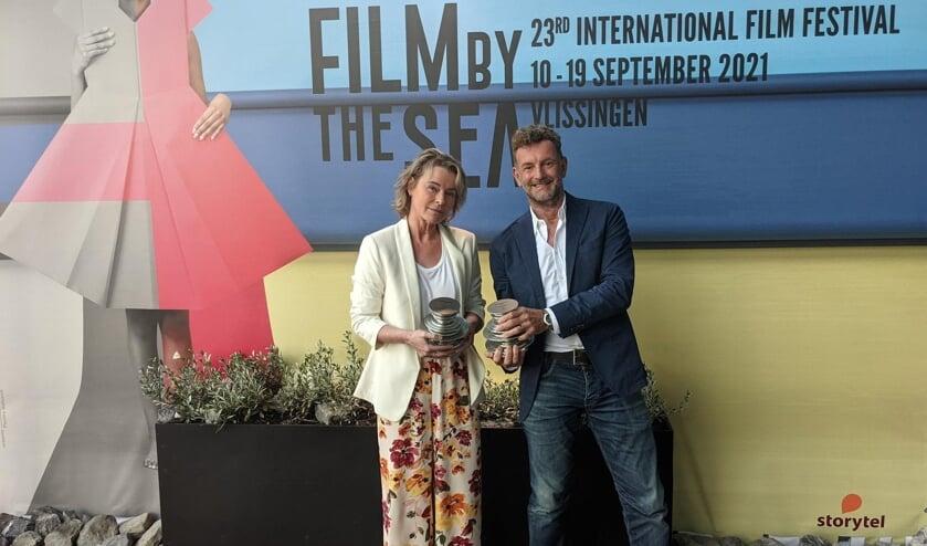 Corine Hartman en Kluun met hun award voor Beste Storytel Original en Beste Luisterboek