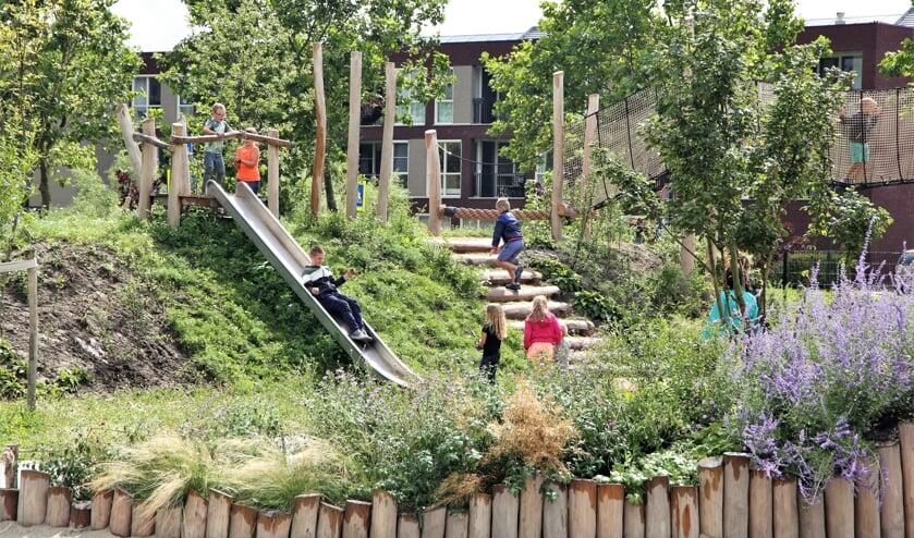 Spelende kinderen in de speeltuin Buutvrij