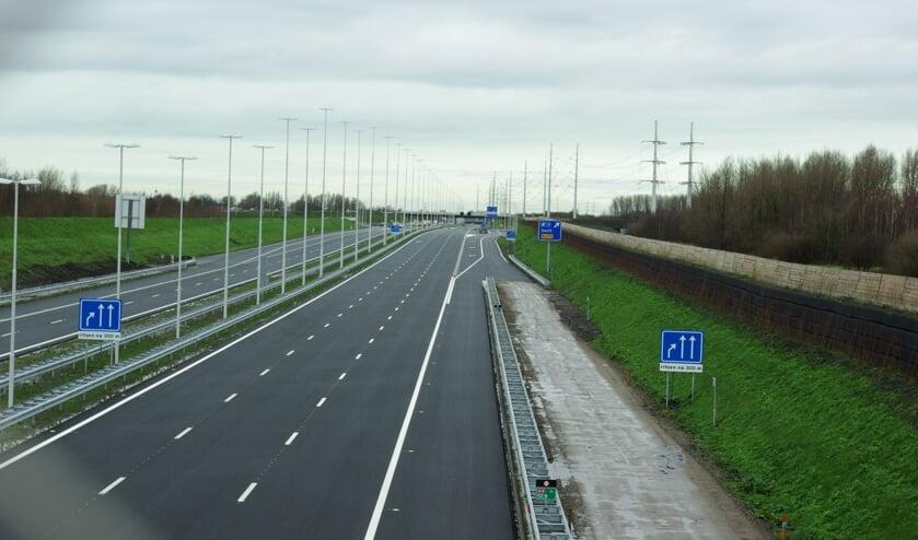 Het laatste stuk van de A4 tussen Delft en Schiedam, met rechts achter afrit 14: Delft. (foto: Jesper Neeleman)