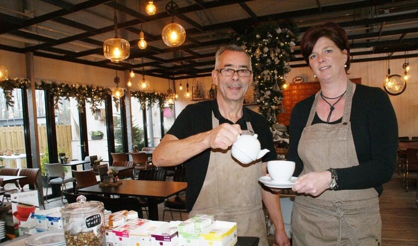 High Tea 'FF Bijkletsen' in het Tuincafé van GroenRijk 't Haantje, met links Dick Houtkamp en rechts Sandra Poth.