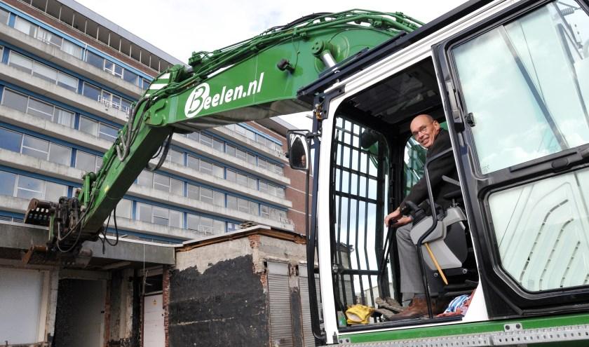 Cees van der Zanden, de projectdirecteur nieuwbouw van Reinier de Graaf, begint met zichtbaar plezier aan de sloop van de oudbouw van het ziekenhuis. (foto: Fred Nijs)