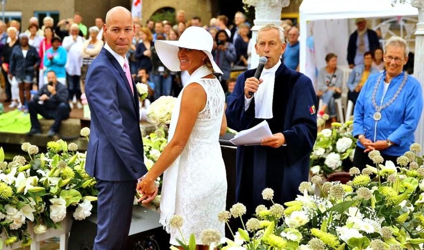 Tijdens het Varend Corso werden vier huwelijken voltrokken. Hier gebeurt dat door Bruun van der Steuijt en wethouder Alette Hekker.